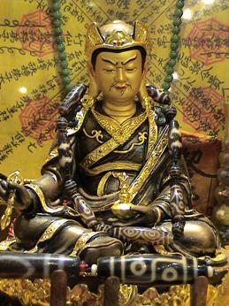 Đức Liên Hoa Sinh - Guru Rinpoche với các hạt Đá Dzi