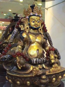 Zambala - Thần của cải ở Tây Tạng đeo chuỗi hạt với rất nhiều hạt Dzi cổ (hạt ba mắt, 7 mắt và 9 mắt) và Mã Não đỏ